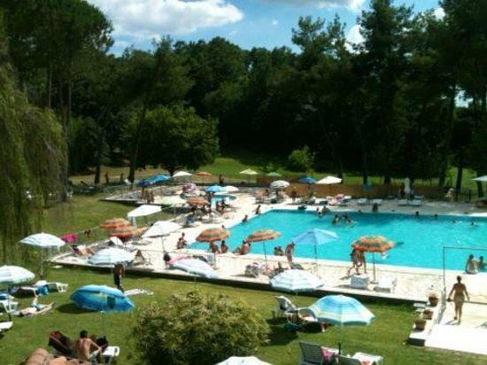A 200 metros de los apartamentos hay una piscina al aire libre.