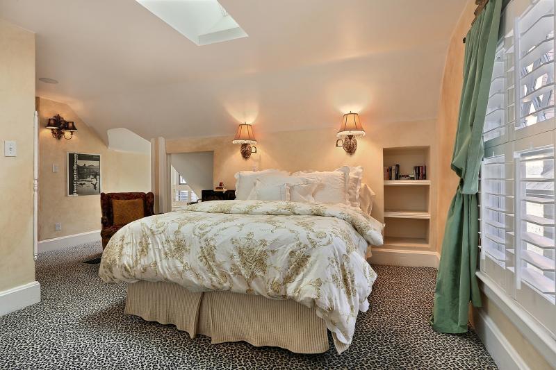 Dormitorio Reina tamaño cama, TV de pantalla plana, sky luz. Gran iluminación...