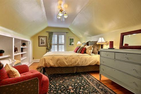 Dormitorio #2, cama, silla con otomana y TV de la lectura.