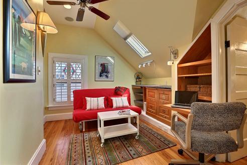 #3 trabajo de loft dormitorio con futon de tamaño queen, vestidor, espacio con estantes.