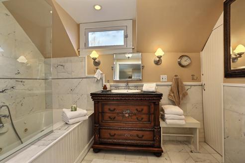 Baño principal con mármol del azulejo, 5' bañera de hidromasaje y ducha.