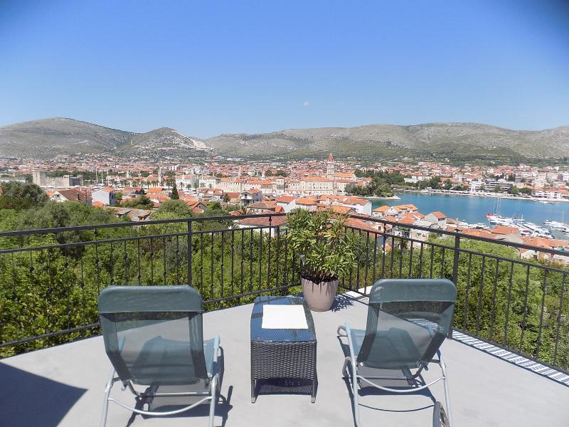 Terrasse mit Hängematte mit einem wunderschönen Blick auf die ganze Stadt, das Meer, die Berge und d
