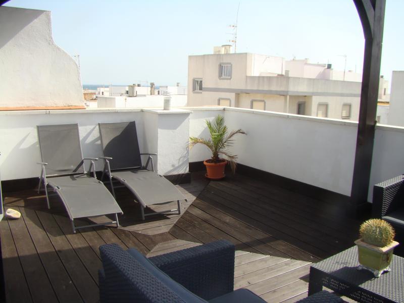 Dúplex en el centro, con vista mar y parquing en verano, holiday rental in Conil de la Frontera