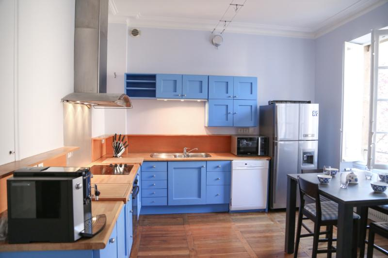 Vaste appartement de charme avec petit déjeuner, vacation rental in Dijon