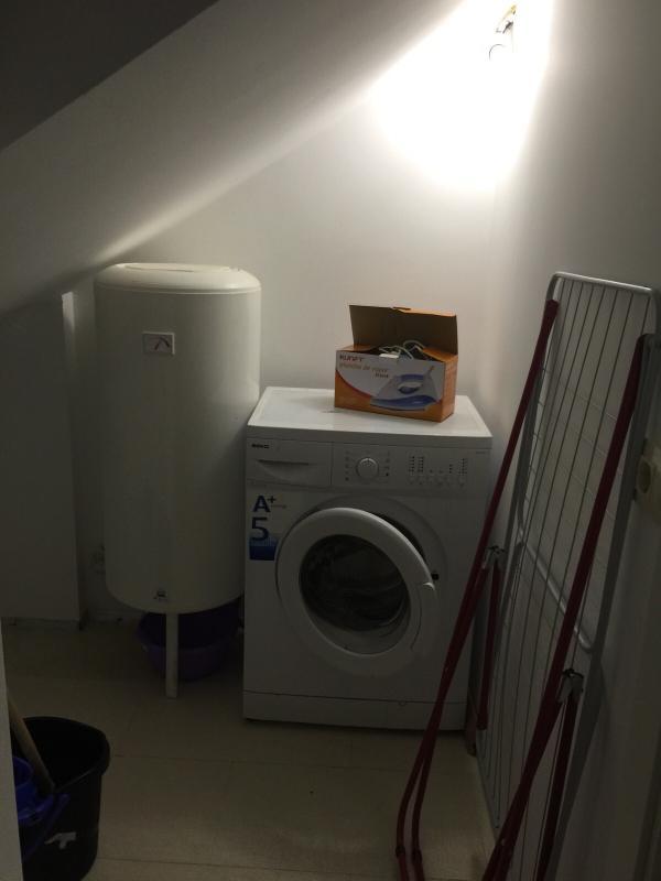 Sala de lavandería. Con lavadora y zona para secado