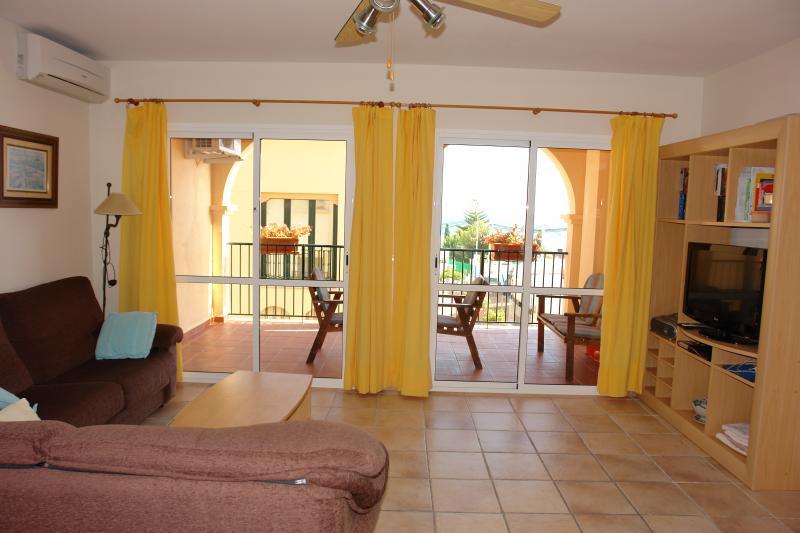 O quarto com vista para o terraço privado. Há vista mar do terraço privado.