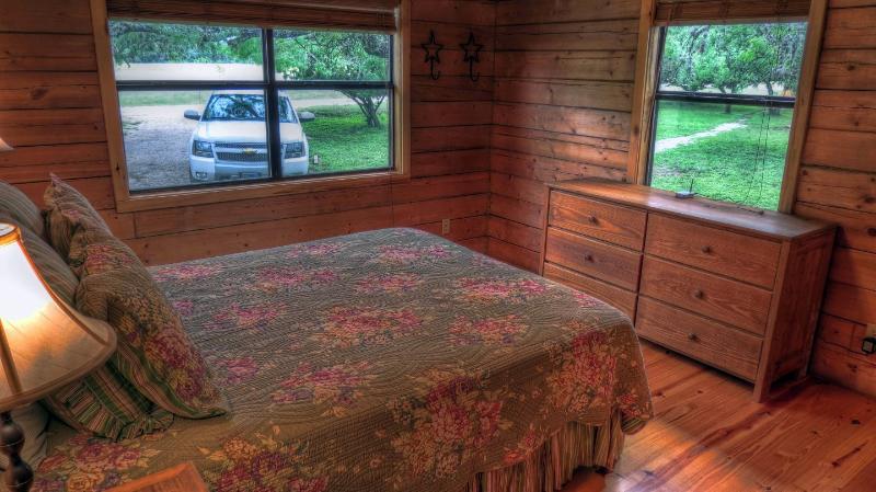 CORNER BEDROOM QUEEN BED