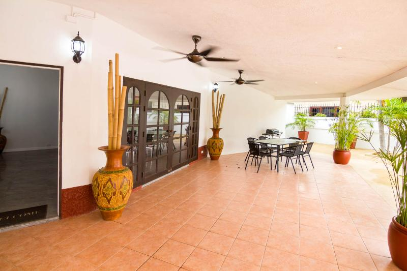 Bang saray/ban amphur 300 metres from the beach, holiday rental in Sattahip