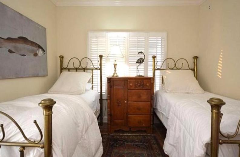 3 rd bedroom on main floor with deck