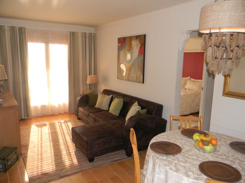 2 bedroom apt with pool. Close to beach, bars and restaurants in quiet location of Estartit.