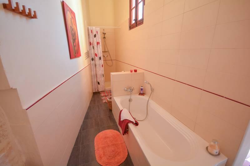 Bathroom red rose residence