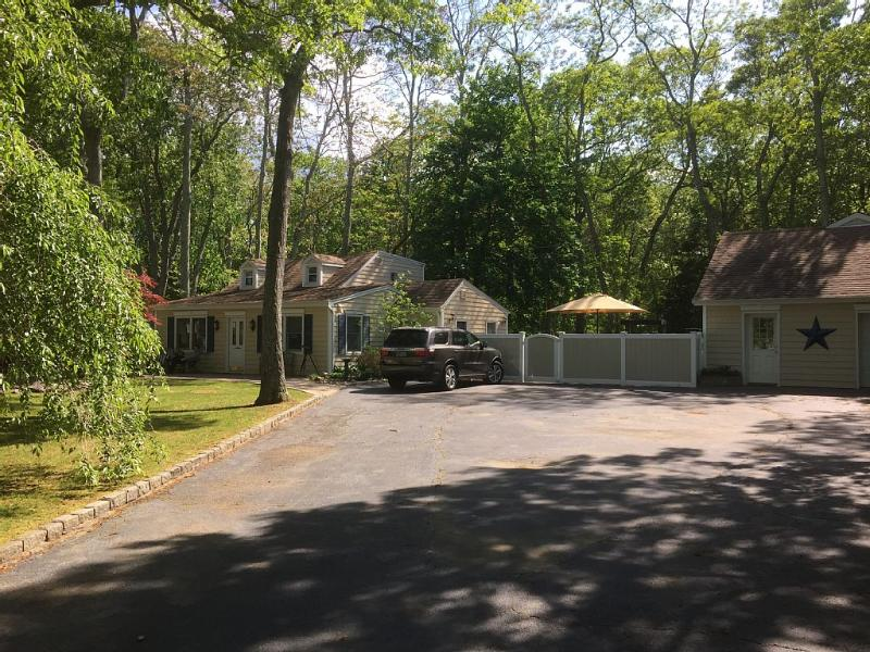 North Fork cottage getaway with private beach, holiday rental in New Suffolk