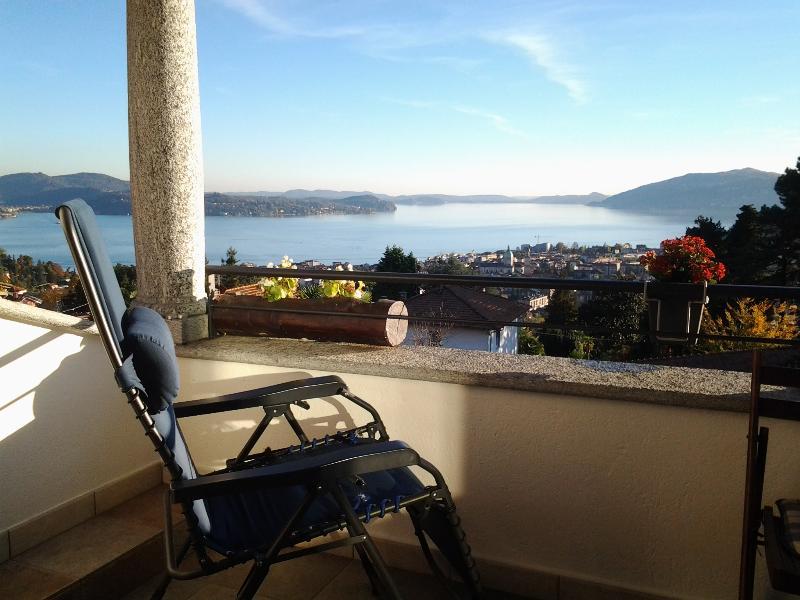 Delizioso appartamento con terrazzo sul lago e giardino e con aria condizionata, vacation rental in Bee