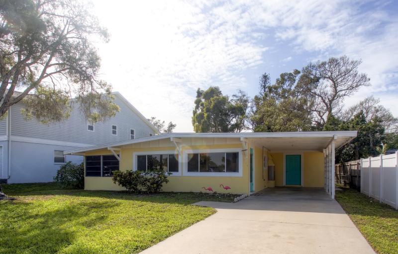 Deje que esta alegre casa de Englewood sirva como su base de operaciones en Florida.