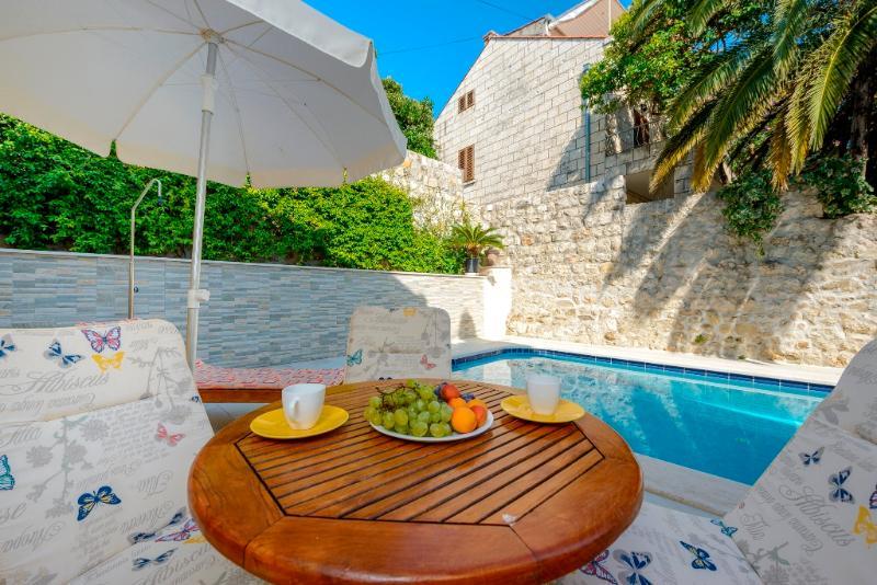 Villa Zlata with pool near Dubrovnik, vacation rental in Mlini