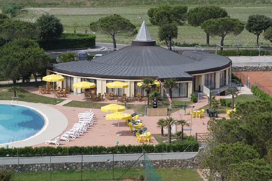 Visa från trädgård, restaurang, pool och tennisbana