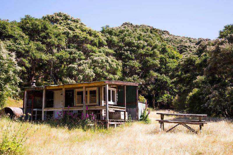 Kawakawa Farmstay 'Black Hut', alquiler de vacaciones en Featherston