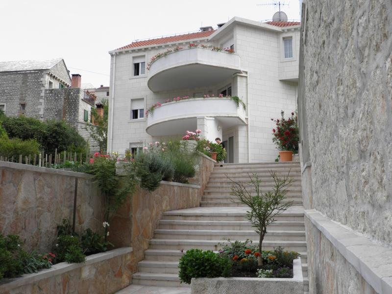 Apartments mladinic A2, vacation rental in Pucisce