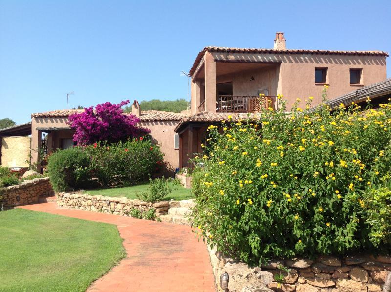 Appartamento trilocale in contesto privato, vacation rental in Baia Sardinia