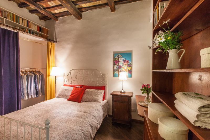 Bedroom kingsize bed, closet, night table, night lamps, desk