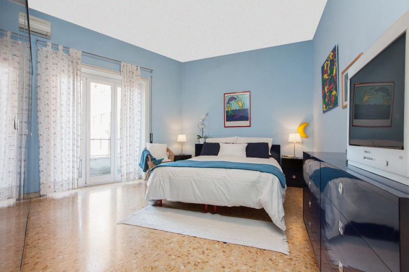 Vatican Apartment -  freeWIFI,TV SAT,AC,metro 250m, holiday rental in Rome