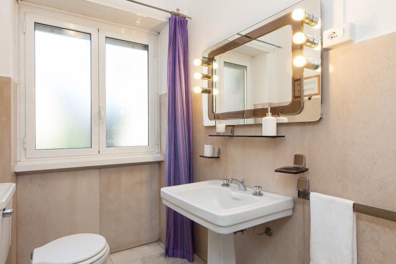 Bathroom whit washbasin, bath / shower, bidet, mirror