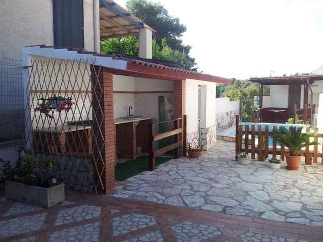 Zona barbecure con lavandino adiacente ed un bagnetto con doccia.
