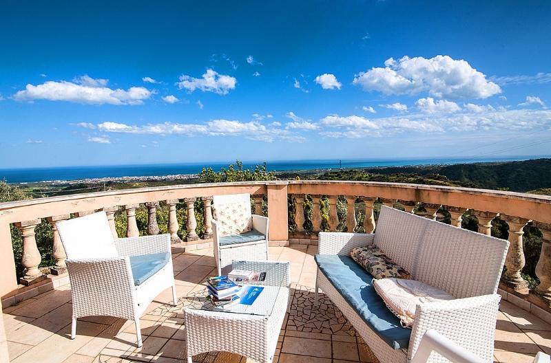 Casa La Rosa Villa Sleeps 8 with Air Con - 5229507, holiday rental in Gioiosa Ionica