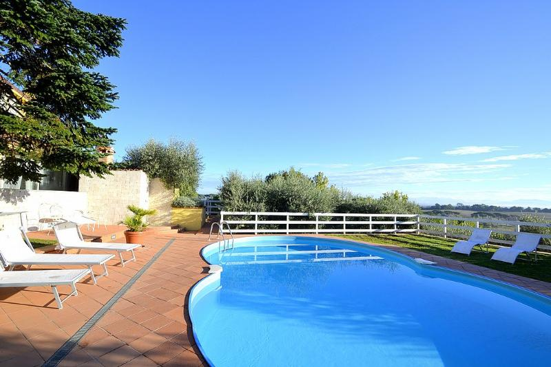 La Giustiniana Villa Sleeps 10 with Pool Air Con and WiFi - 5229554, holiday rental in Isola Farnese