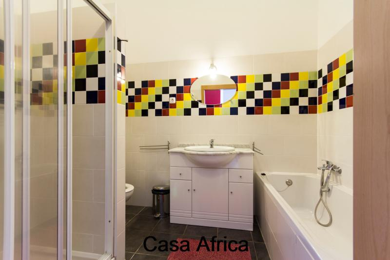 Casa Africa bathroom with toilet, sink, tub and separate shower