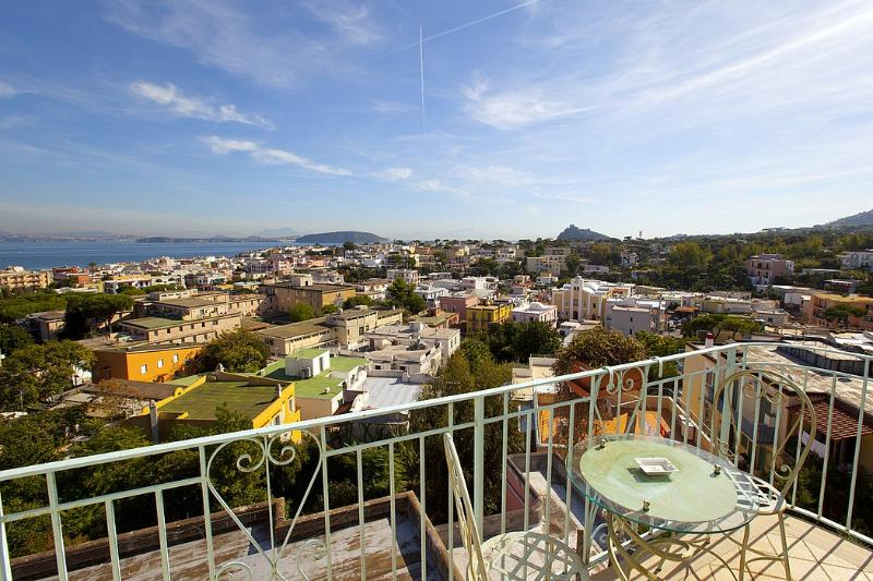 Ischia Villa Sleeps 4 with Air Con and WiFi - 5228439, holiday rental in Cretaio