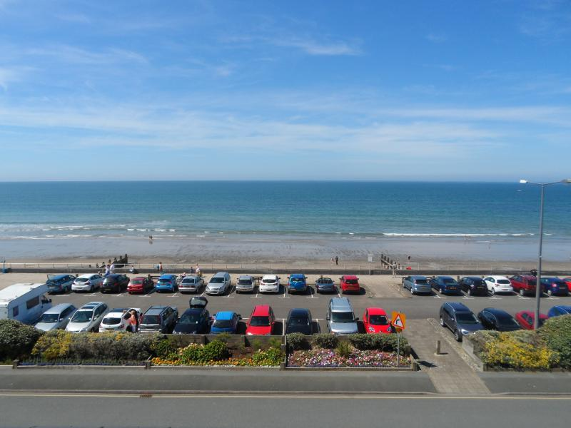 18 Trem Enlli is a homely 2 bed seafront apartment in Tywyn, vacation rental in Tywyn