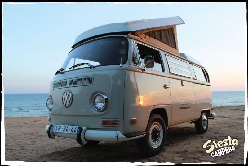 Impresionante clásico VW T2 Camper, en la playa Portugal