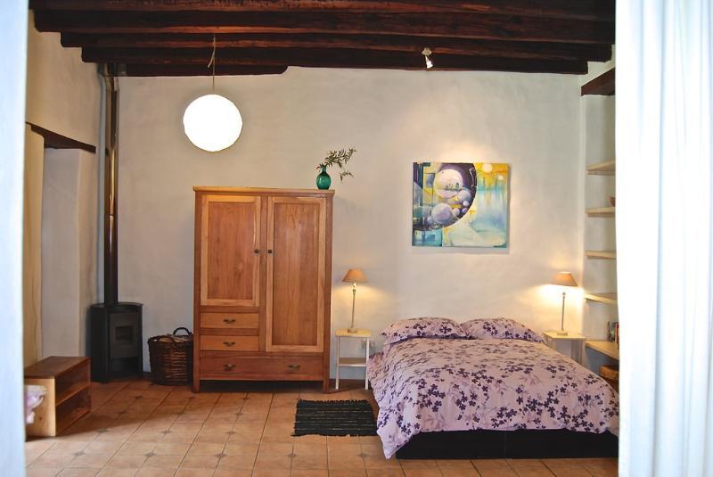 bedroom with queen size bed (160cm x 180cm)