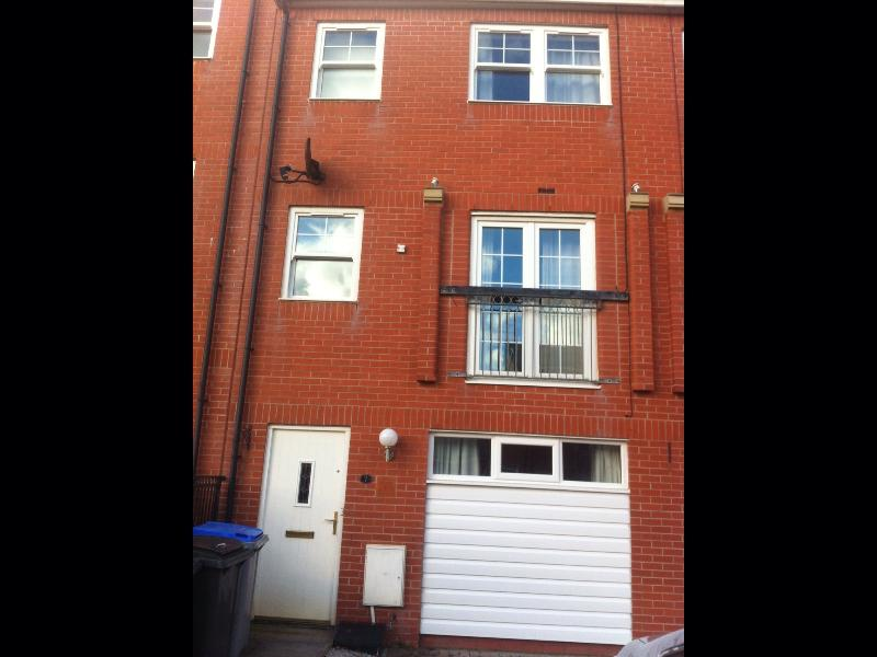 4 bed town house , nr Blackpool. Parking for 2/3 cars. Set over 3 floors. 3 bath rooms.