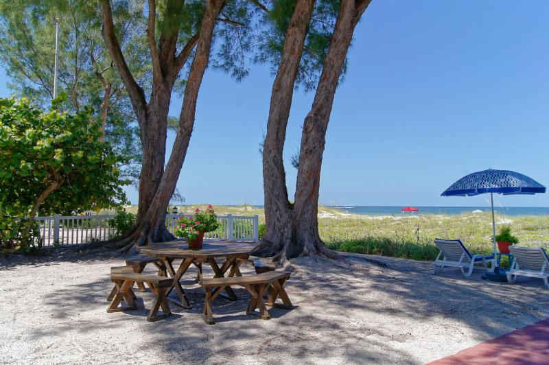 Beachfront Cottages (Patio) at beautiful Sandy Shores on Gulf of Mexico, vacation rental in Indian Rocks Beach