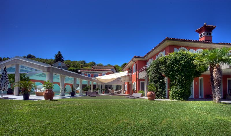 Villa Colombei – with Pool, Fitness, Squash & Spa, casa vacanza a Brusino Arsizio