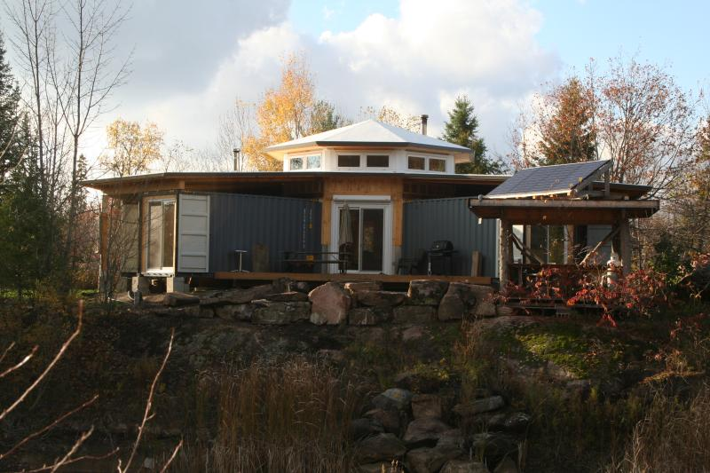 Off-Grid Solar Shipping Container Cottage, aluguéis de temporada em Lakefield