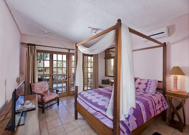 Cozy ground floor condo- shared pool, near beach, kitchen, a/c, cable, vacation rental in Villarreal