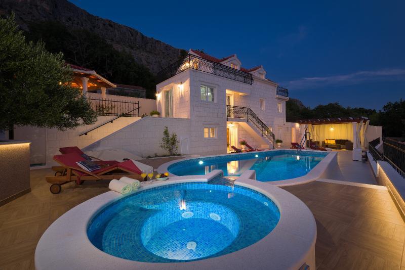 Luxury VILLA MAJA private jacuzzi, heated pool, gym and sauna, amazing sea views, vacation rental in Krilo Jesenice