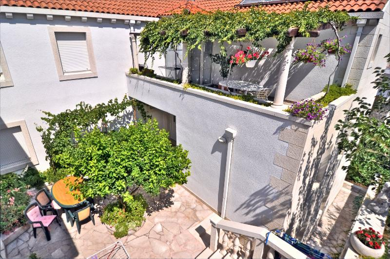 Apartments Mladinic A3, vacation rental in Pucisce
