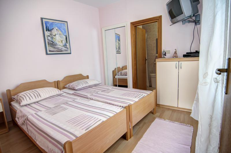 Apartments Mladinic A4, vacation rental in Pucisce
