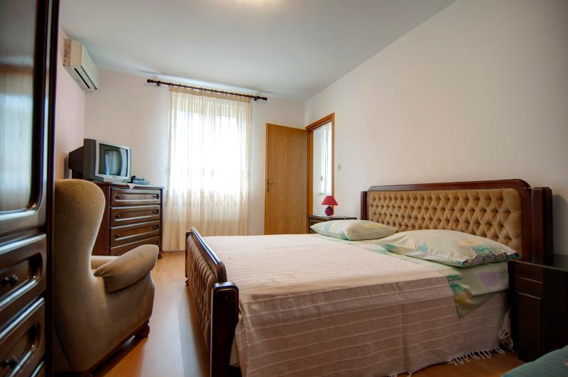 Apartments Mladinic A5, vacation rental in Pucisce
