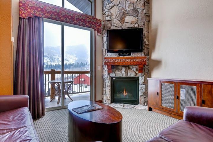 Ático con techos abovedados, patio privado con vistas a la montaña, chimenea de gas, televisión de alta definición con televisión por cable y WiFi gratis.