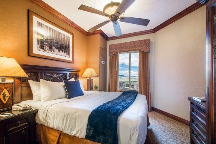 Dormitorio principal con cama Queen mejorada, TV de alta definición con cable de pantalla plana, puertas de bolsillo