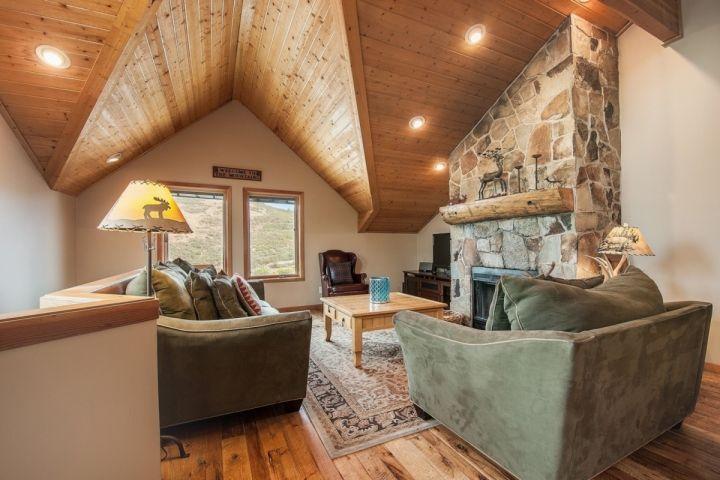 """meubles haut de gamme, planchers de bois franc à l'étage principal, cheminée à bois, 42"""" HDTV, câble, Apple TV + Internet."""