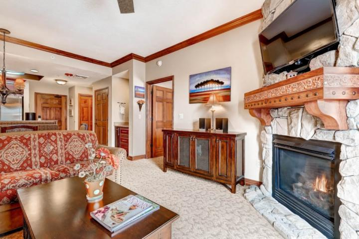 Gas fireplace, 42' HDTV w Cable, Free WiFi, Queen Sleeper Sofa, Private balcony