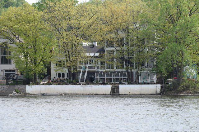 Fabulous Riverfront Mansion to share, casa vacanza a Wakefield