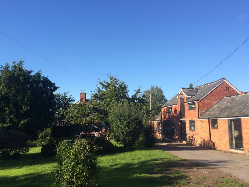 sunny coach house and barn (wifi), holiday rental in Runnington