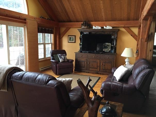 STUNNING 4-BDRM KAWARTHA WATERFRONT, BOBCAYGEON, holiday rental in Kawartha Lakes